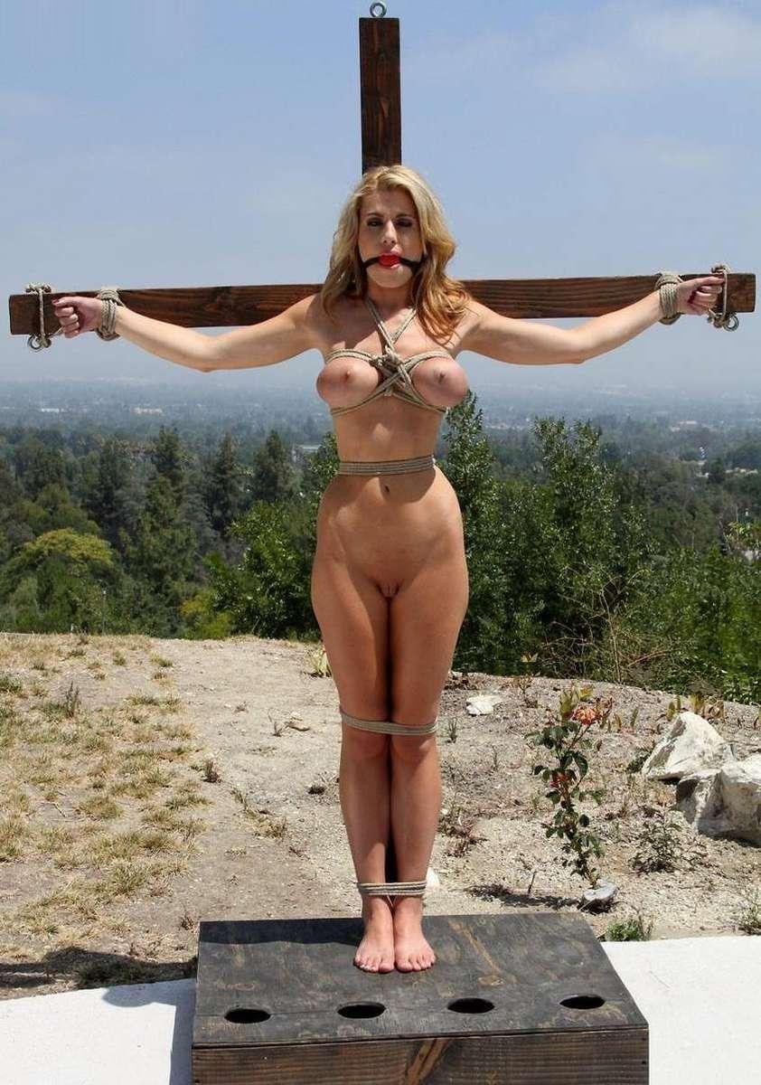 blonde gros seins crucifiee (12)