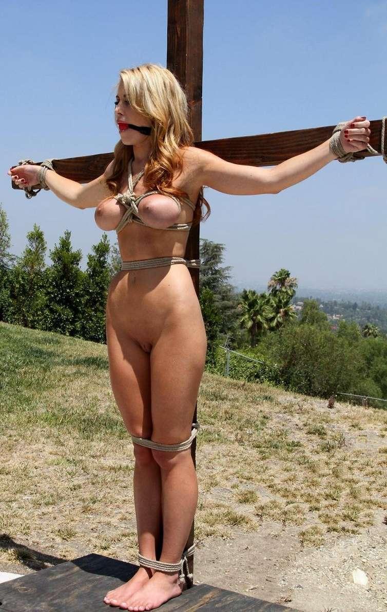 blonde gros seins crucifiee (13)