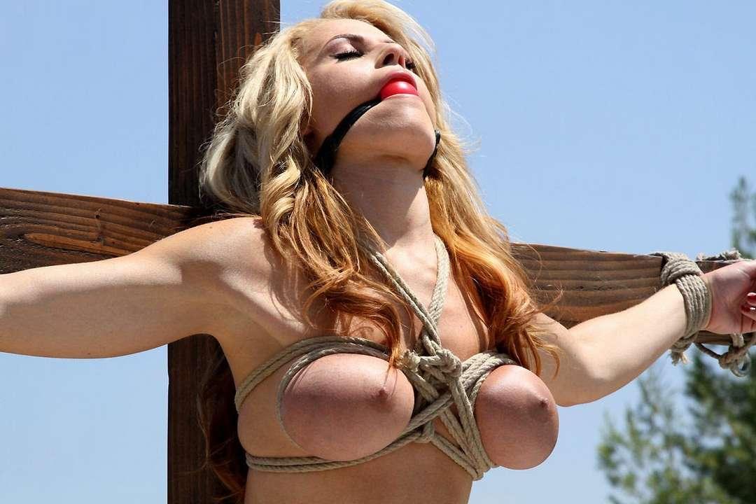 blonde gros seins crucifiee (2)