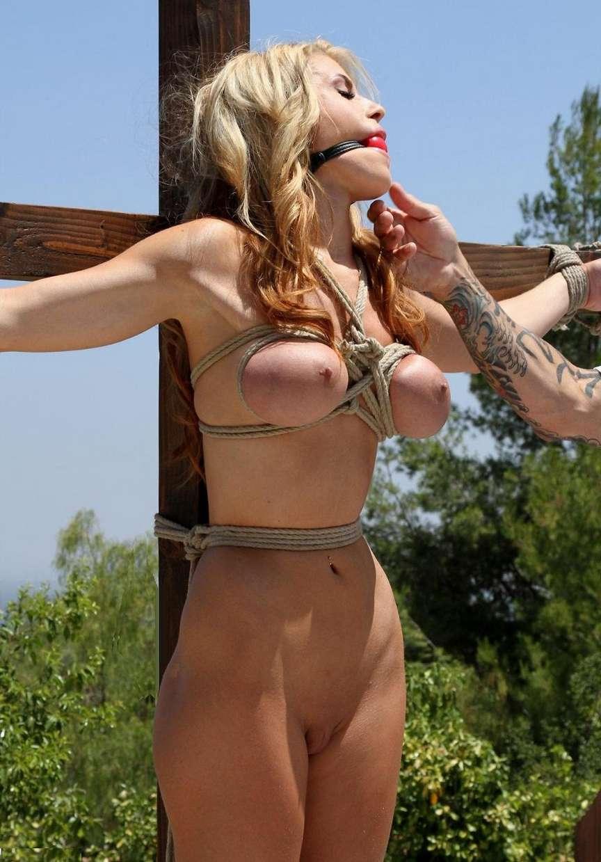 blonde gros seins crucifiee (20)