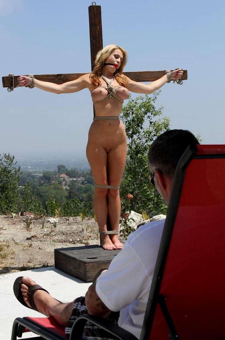 blonde gros seins crucifiee (21)