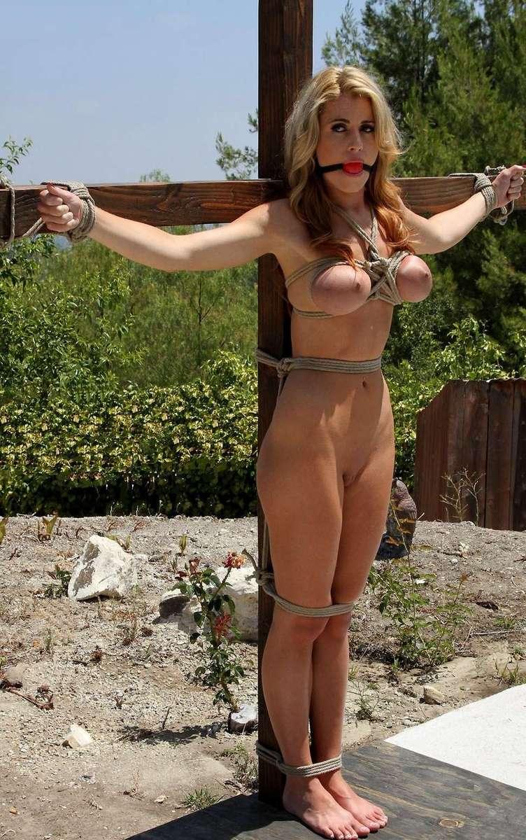 blonde gros seins crucifiee (7)