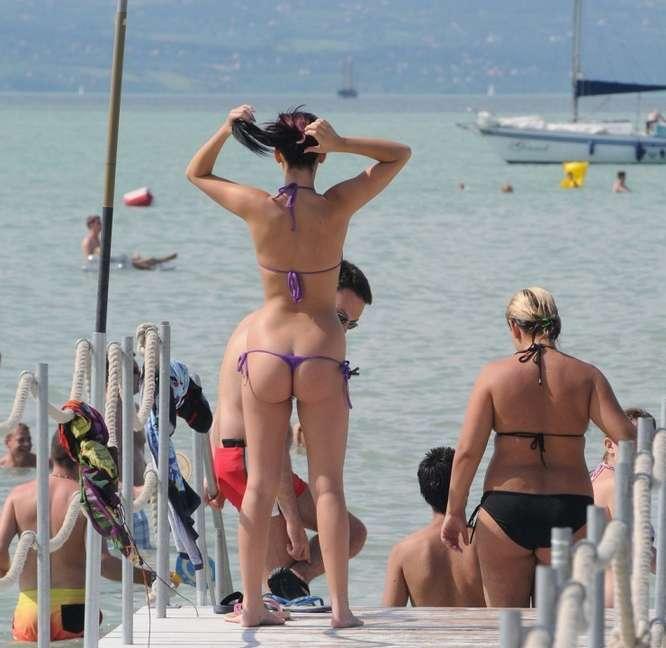 Photos voyeurs de p'tits culs en string bikini sur la plage