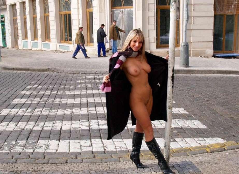 exhibe nue public (3)