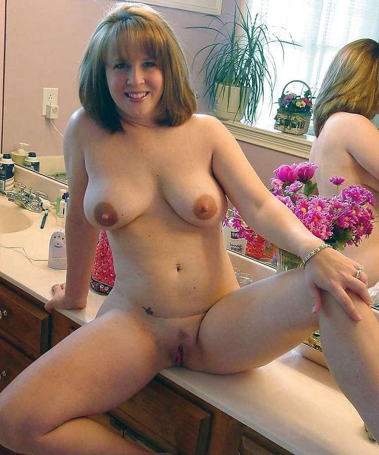 Femmes coquines et sexy à poils dans la salle de bain