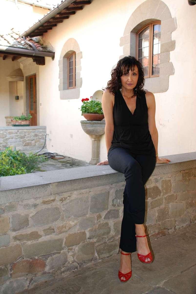 Voyeur belle femme italienne canon en jeans au magasin - 1 10