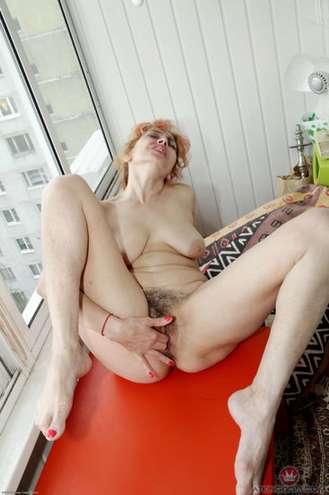 Belle femme mûre cochonne qui se masturbe se belle chatte touffue