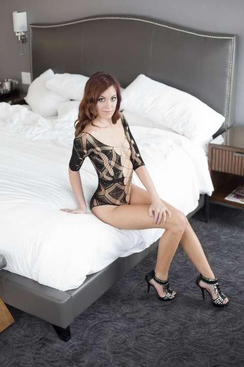 Une brunette vraiment bonne qui pose à l'hôtel