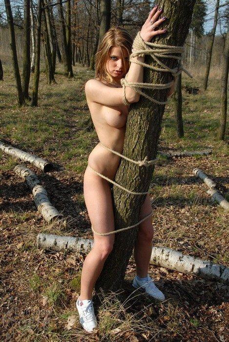 Esclaves soumises et ligotées dehors à la vue de tous