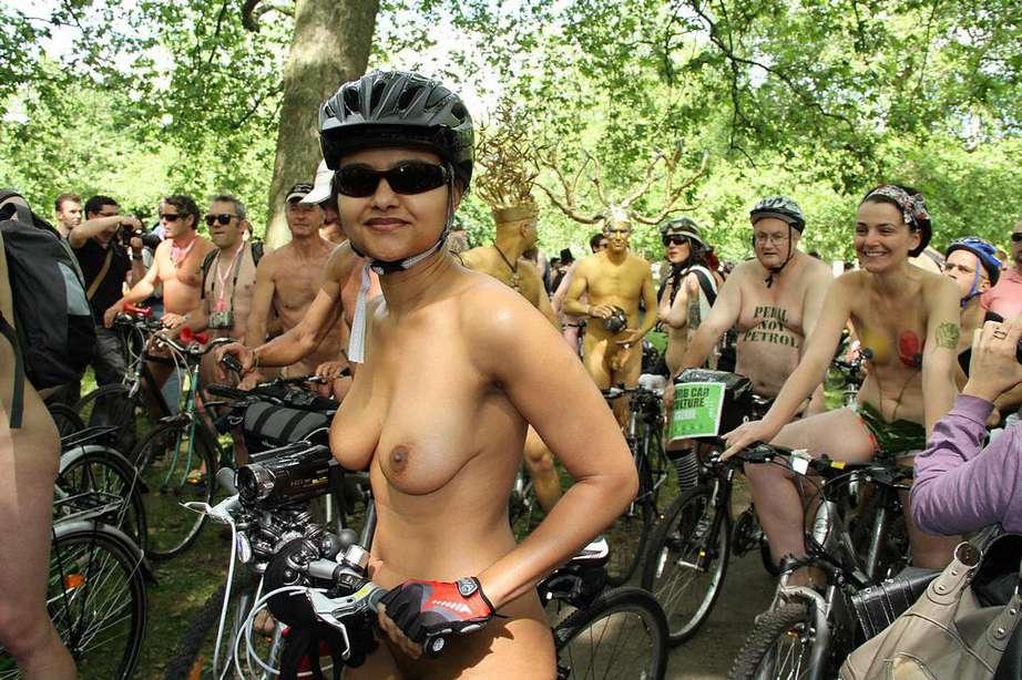 Filles nues faire du sport