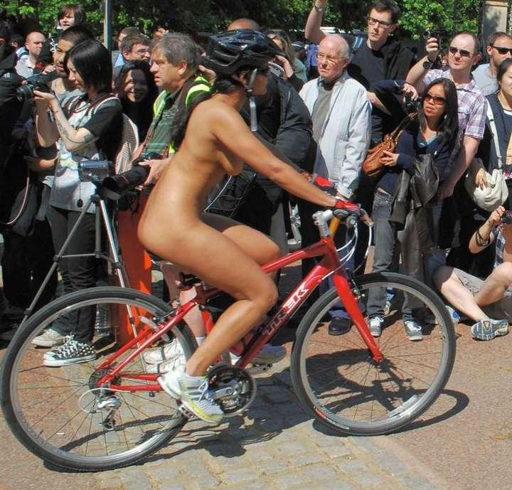 Fille nue sur un vélo