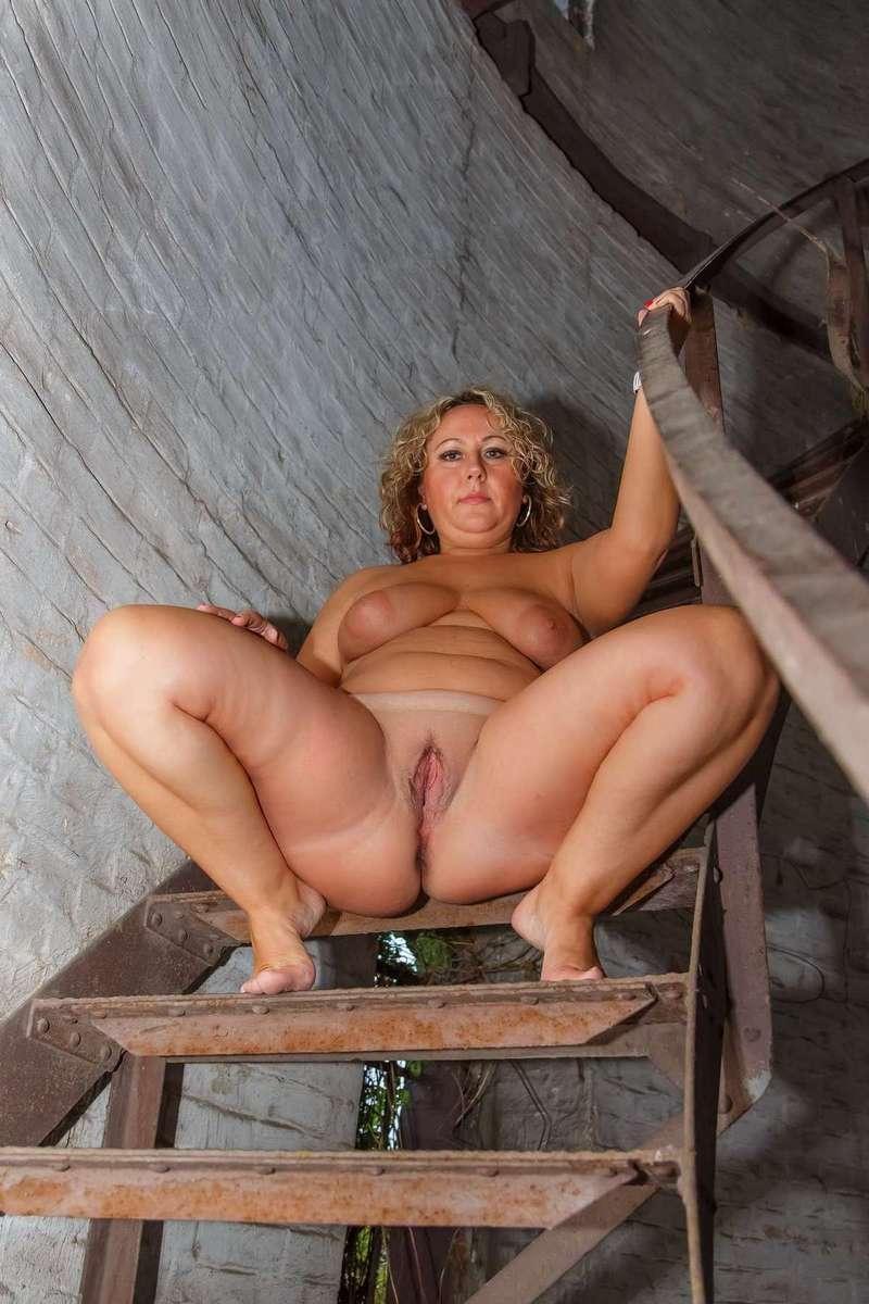 Une femme mature blonde et ronde qui nous excite grave !
