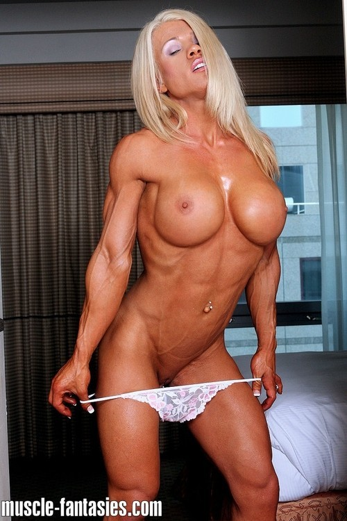 blonde musclee faux seins (12)