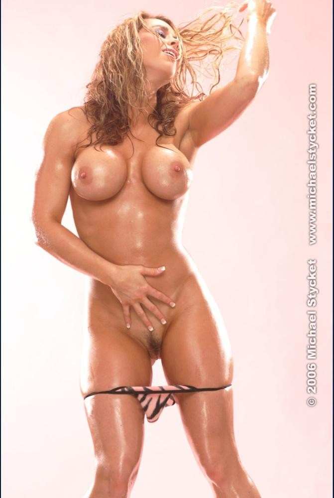 blonde musclee faux seins (3)