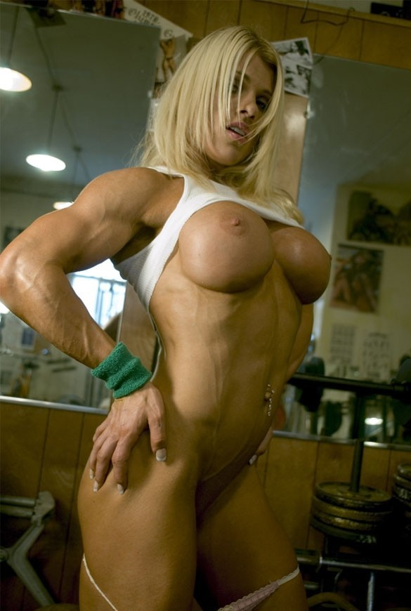 blonde musclee faux seins (6)