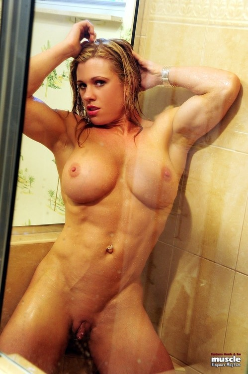 blonde musclee faux seins (7)