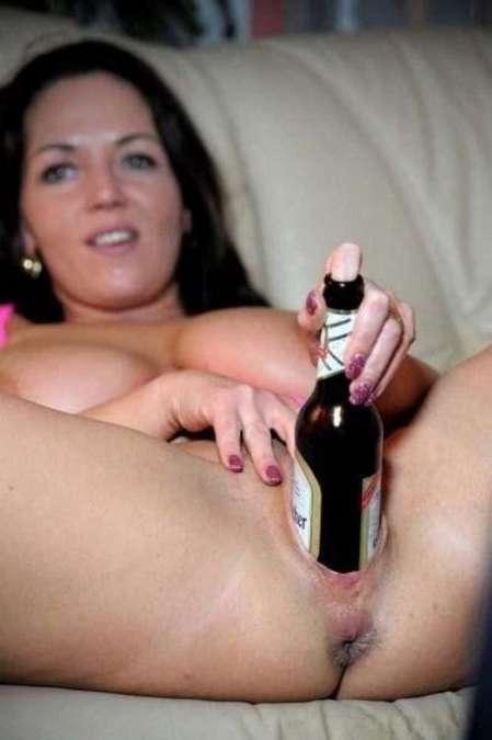 Une bouteille dans la chatte et les voilà qui jouissent !