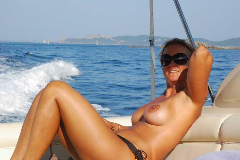 Elles se font bronzer les seins sur la plage