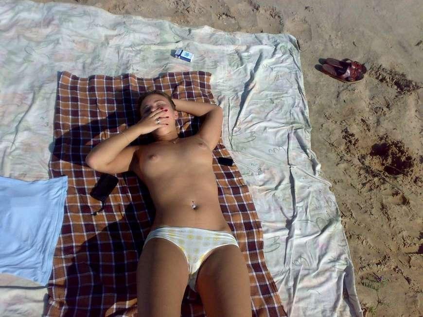 brune toplesss plage (12)