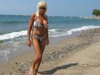 Cougar blonde à gros seins s'exhibe sur la plage