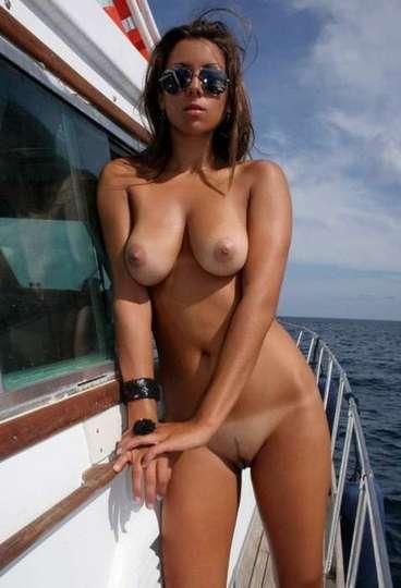 Filles à gros seins nues avec des lunettes de soleil