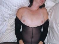 Maman gourmande en nylon baise à l'hôtel