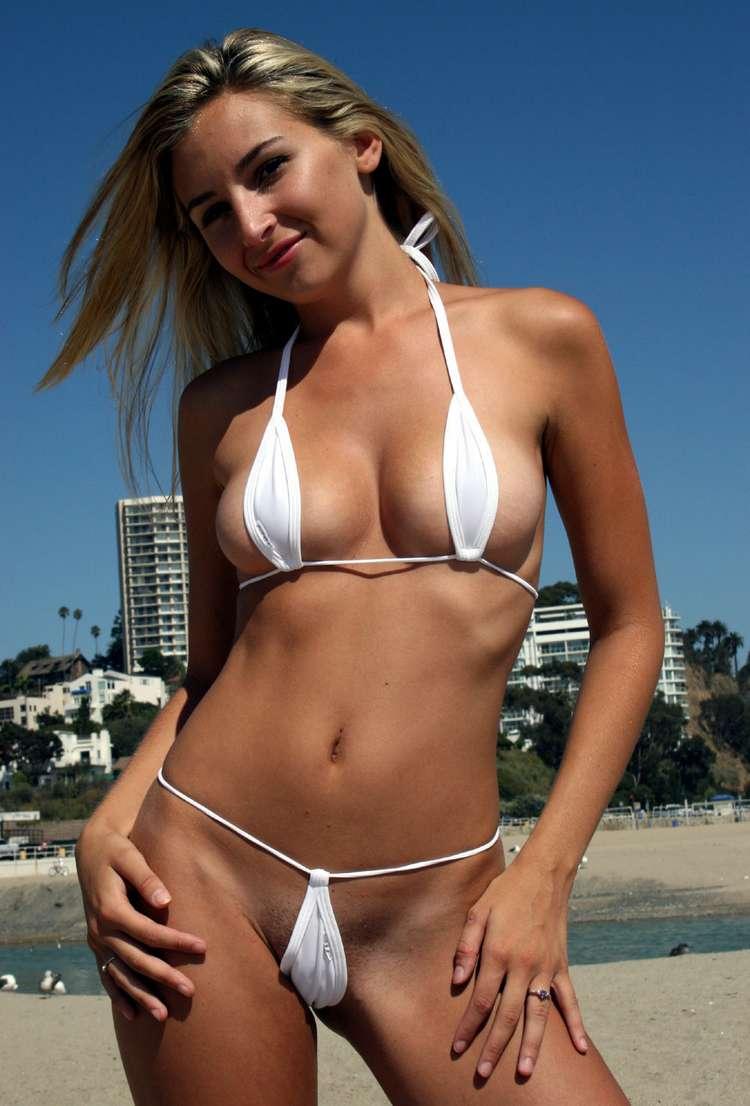 Hé les filles ? Il est pas un peu petit votre bikini ???