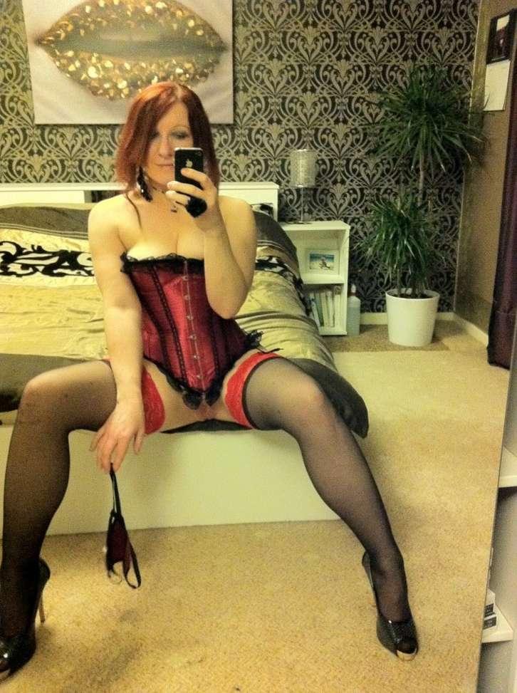 Jolie MILF rousse en bas et corset