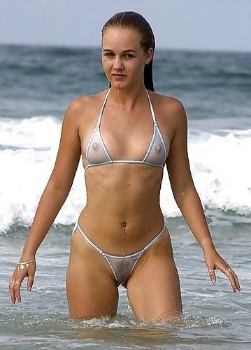 Les tétons qui pointent derrière leur bikini trasparent