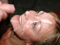 Vieille blonde qui raffole de sperme sur le visage