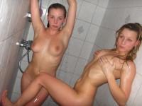 Amatrices nues sous la douche ou dans leur bain