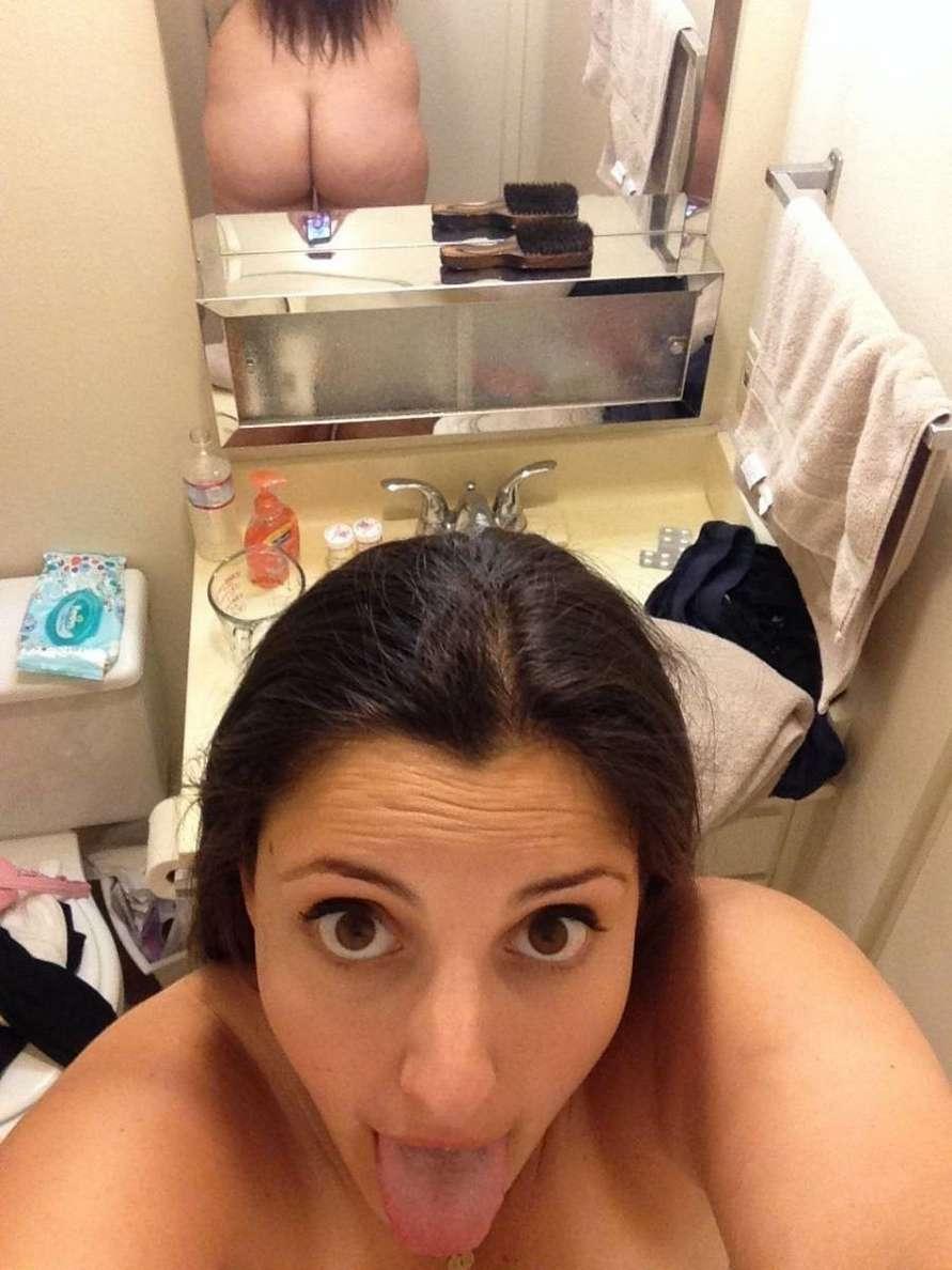 Femme à la maison avec gros seins