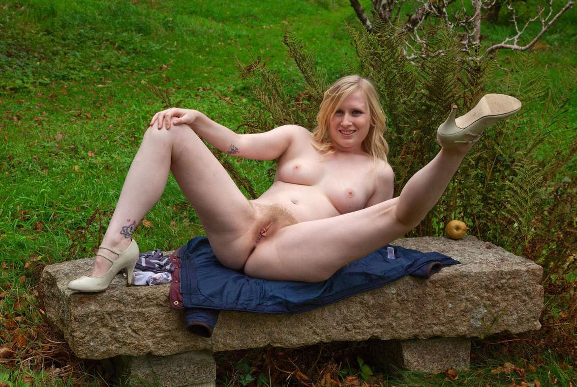 blonde nue poilue dehors (17)