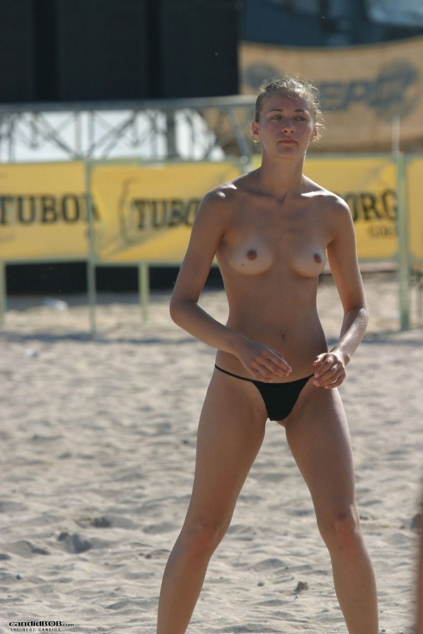blonde topless plage (10)