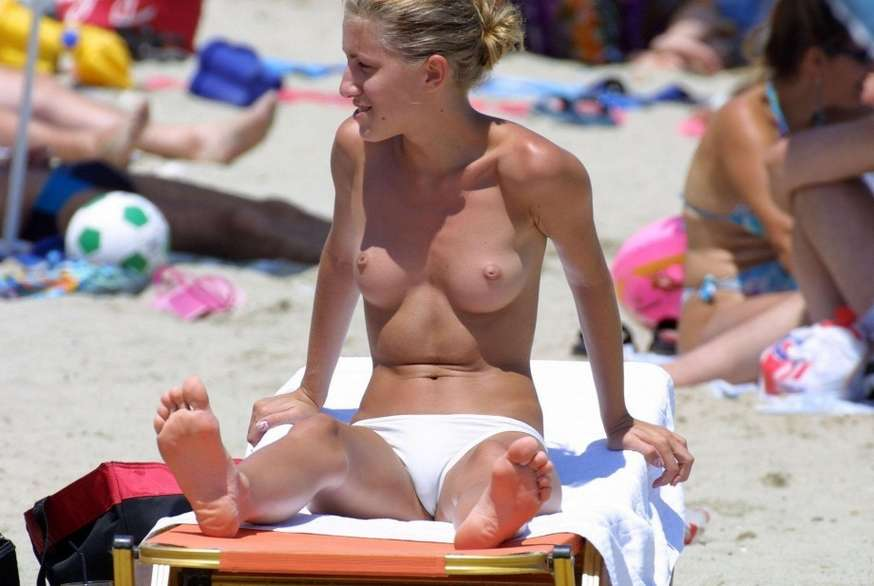 blonde topless plage (12)