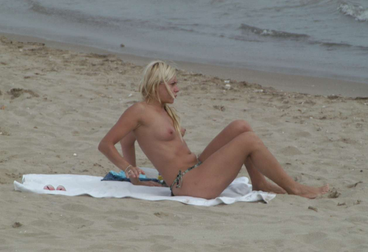 blonde topless plage (13)