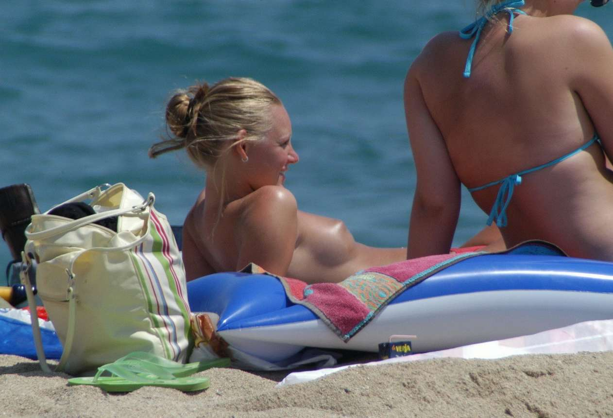 blonde topless plage (15)