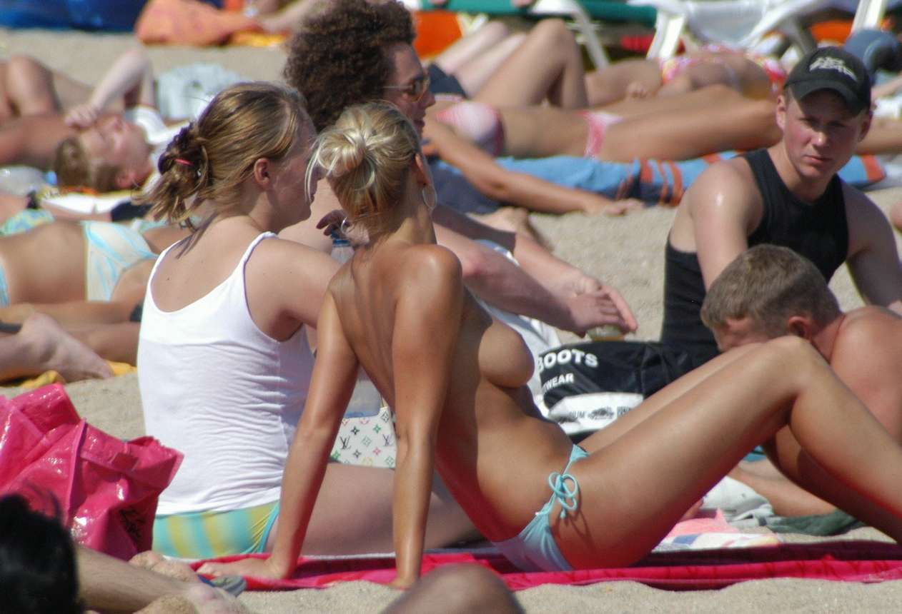blonde topless plage (17)