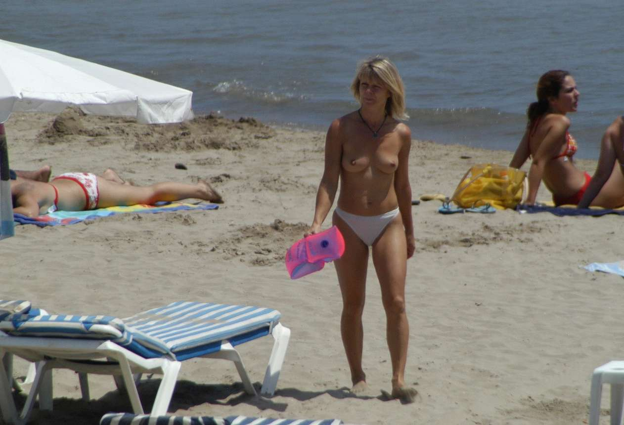 blonde topless plage (19)