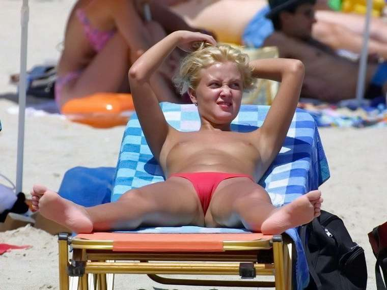 blonde topless plage (2)