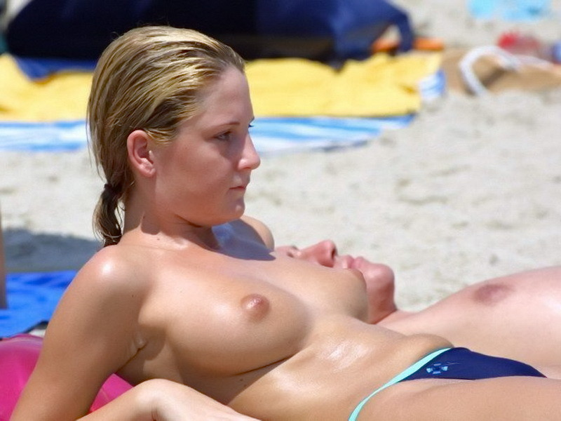 blonde topless plage (3)