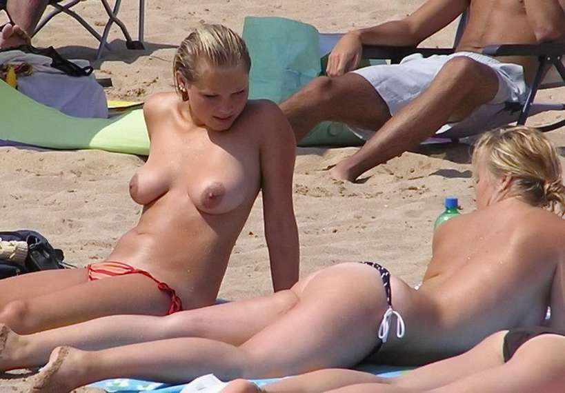 blonde topless plage (6)
