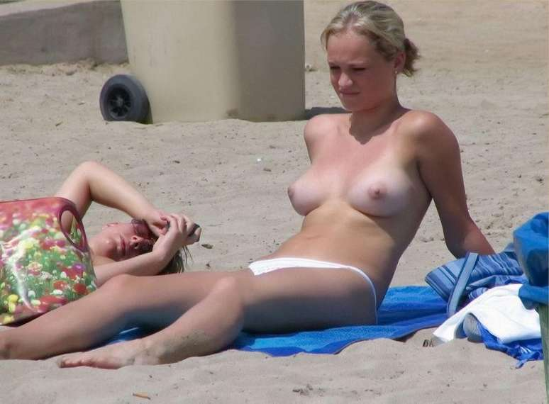 blonde topless plage (8)