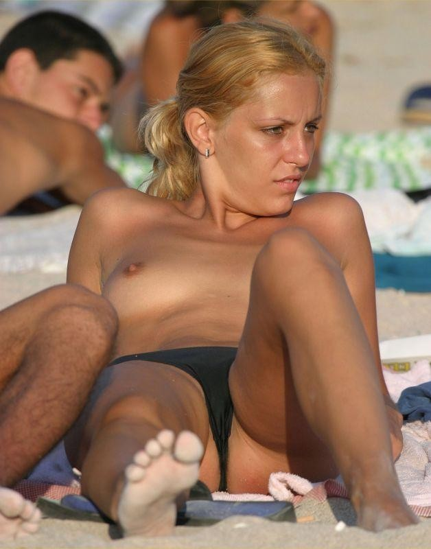 blonde topless plage (9)
