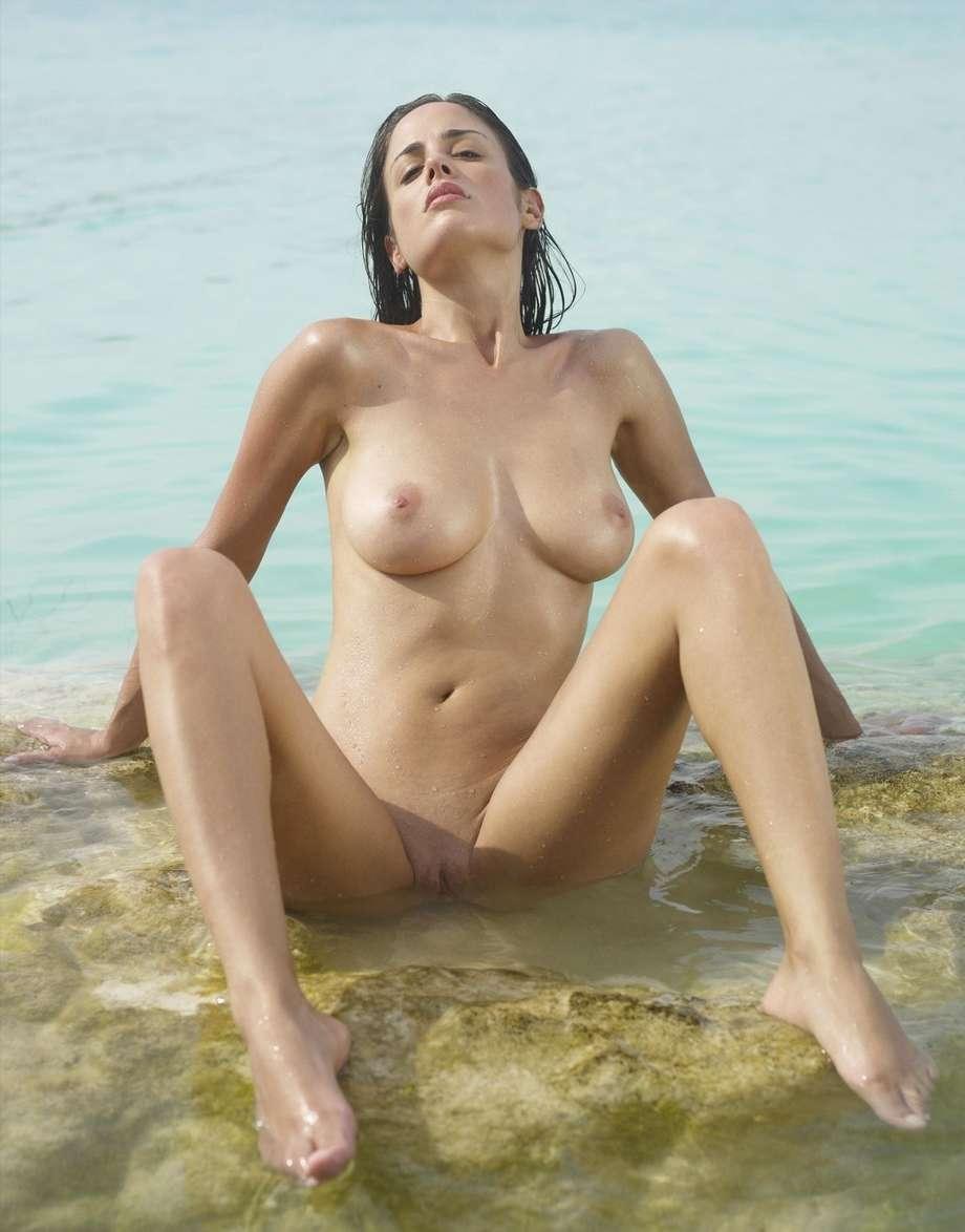 Toutes mouillées par l'eau de mer, ces bombasses vont vous faire chavirer ;)