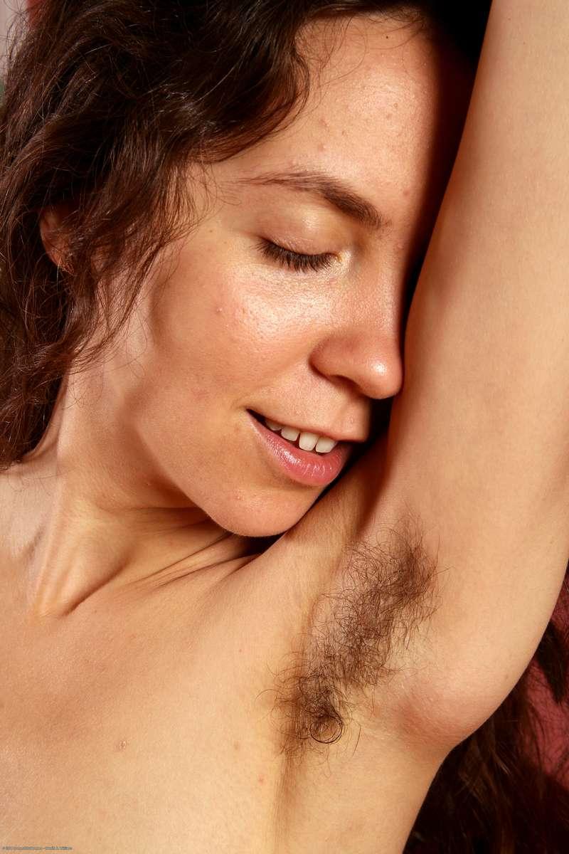 brune nue tres poilue (119)