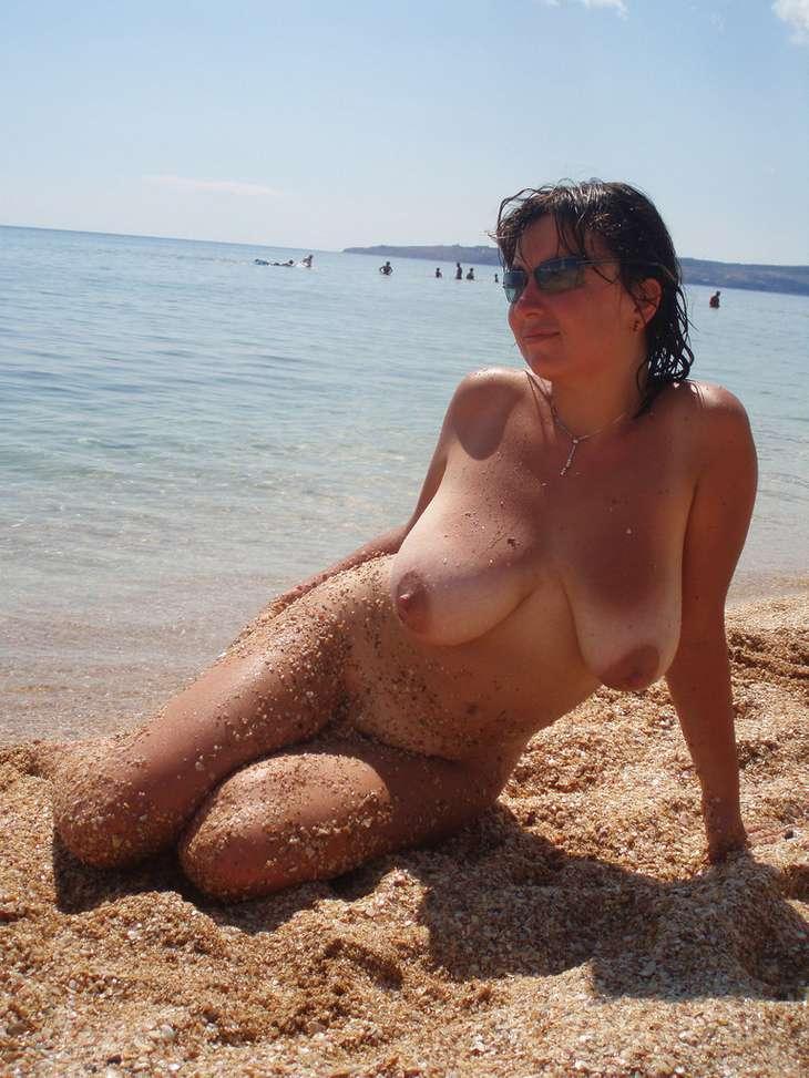 brune ronde nue (116)