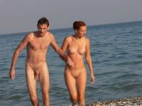 Beaux couples naturistes nus sur la plage
