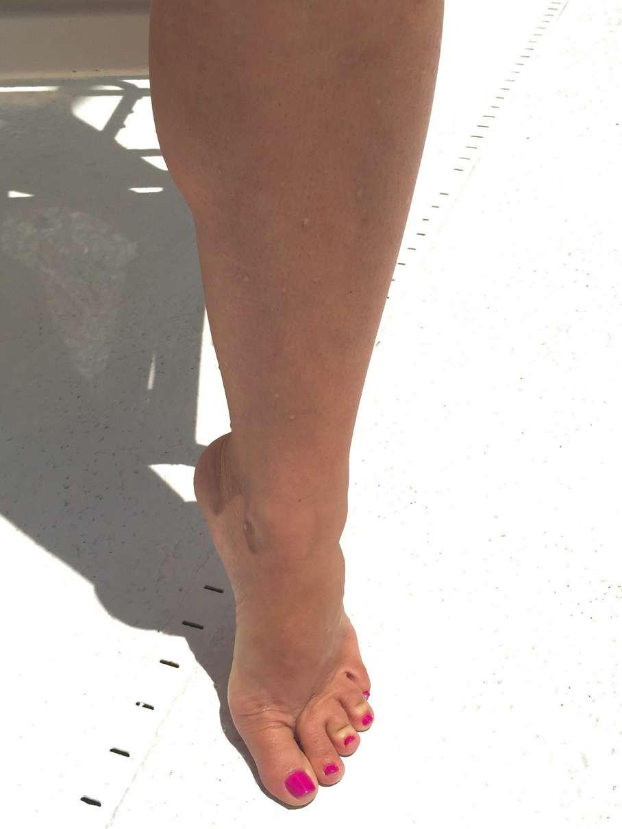 femme nue brune piscine (1)