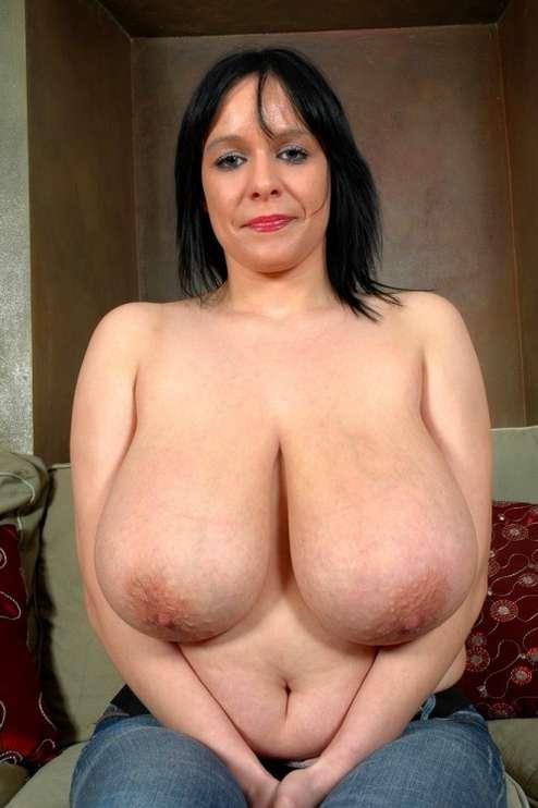 fille brune gros seins nus (12)